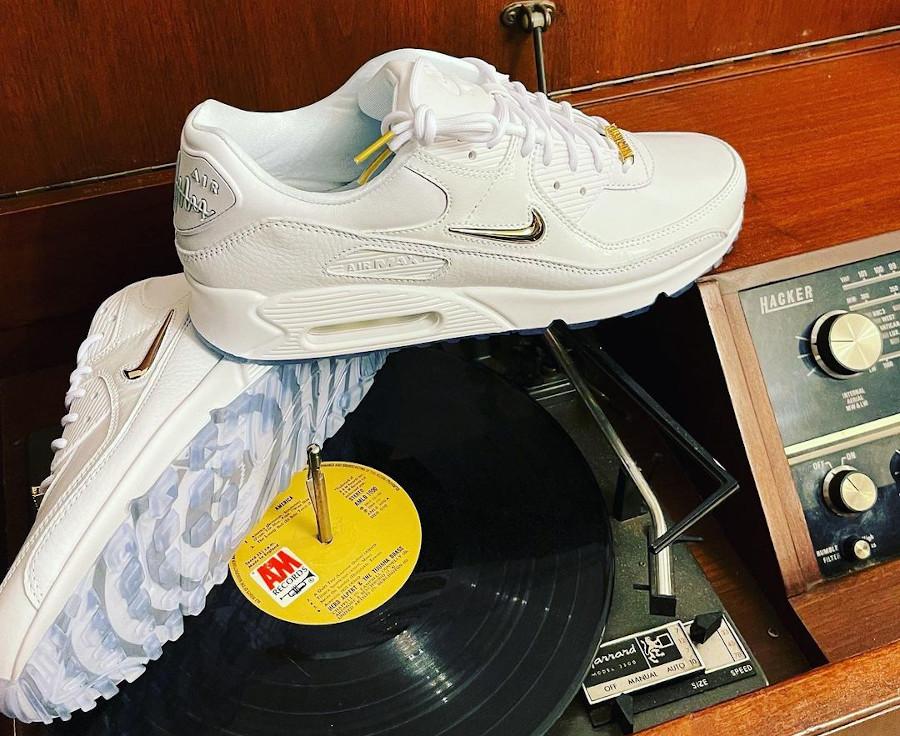 Nike Air Max 90 blanche mini Swoosh dorée (3)