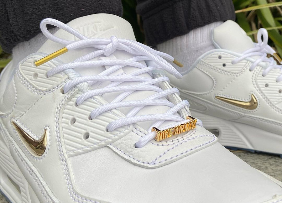 Nike Air Max 90 blanche mini Swoosh dorée on feet (1)