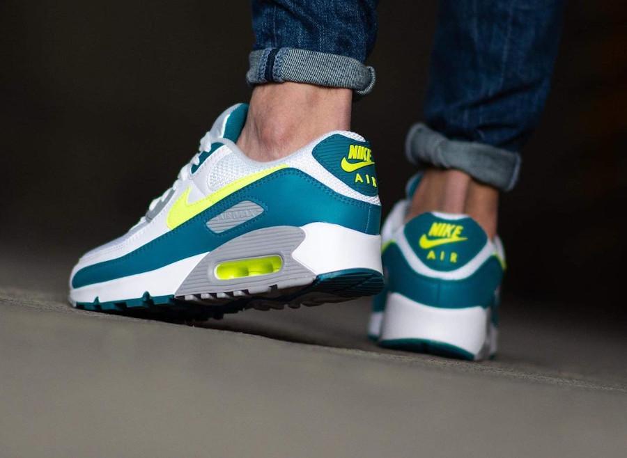 Nike Air Max III blanche vert citron fluo on feet (1)