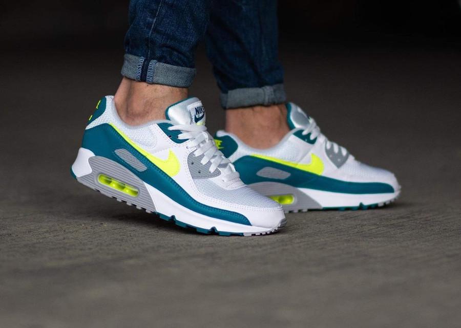 Nike Air Max III blanche vert citron fluo on feet (2)