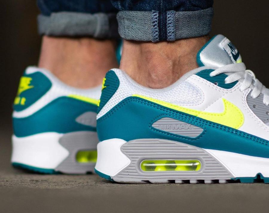 Nike Air Max III blanche vert citron fluo on feet (3)