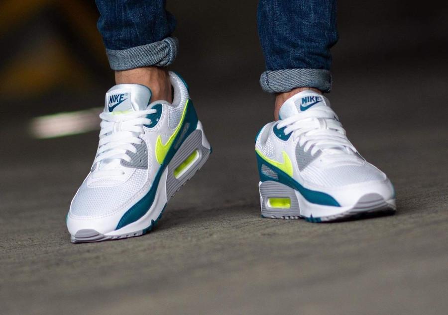 Nike Air Max III blanche vert citron fluo on feet (4)