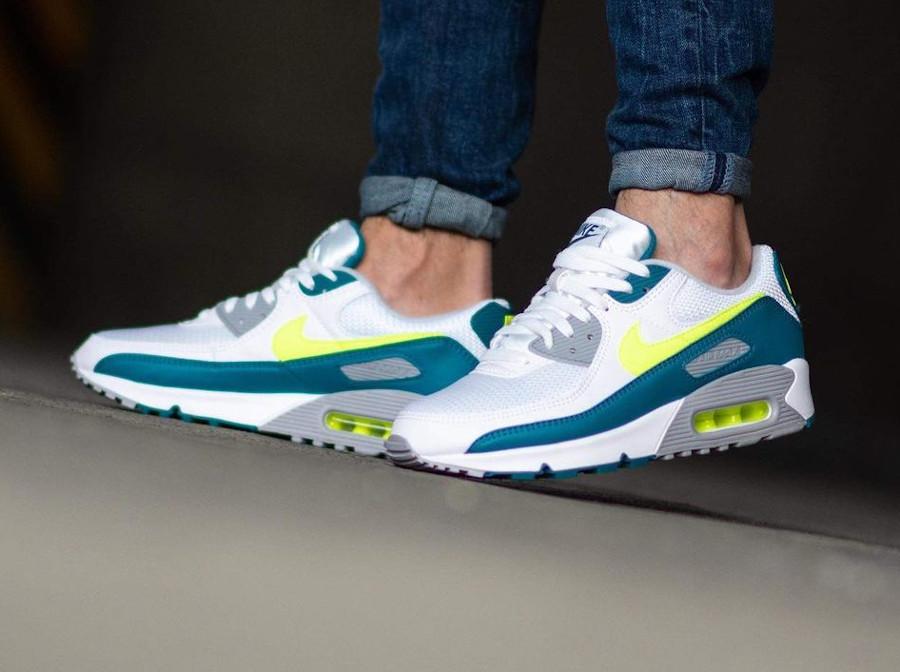 Nike Air Max III blanche vert citron fluo on feet (5)