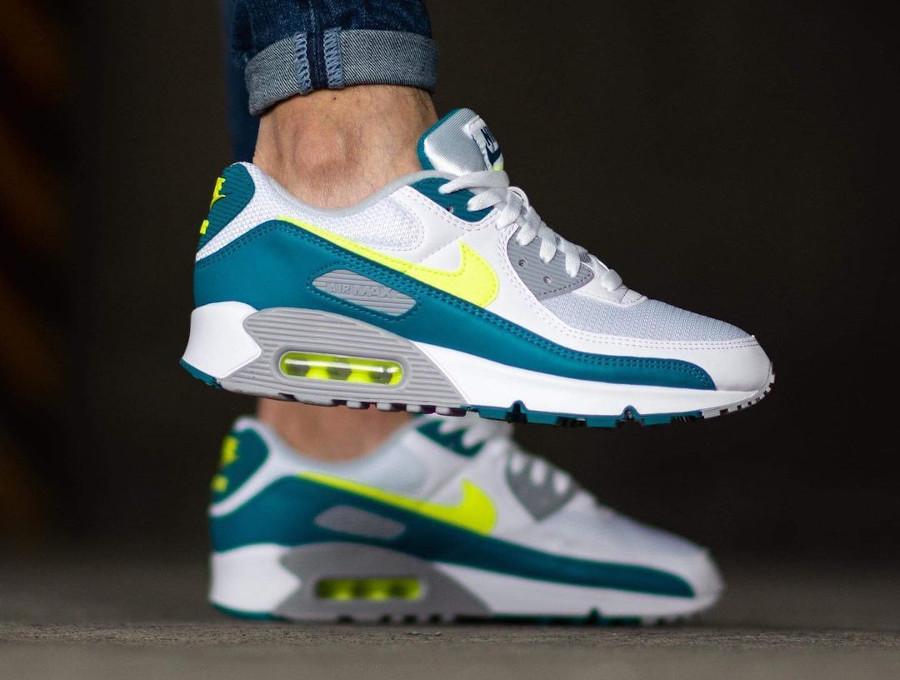 Nike Air Max III blanche vert citron fluo on feet (6)