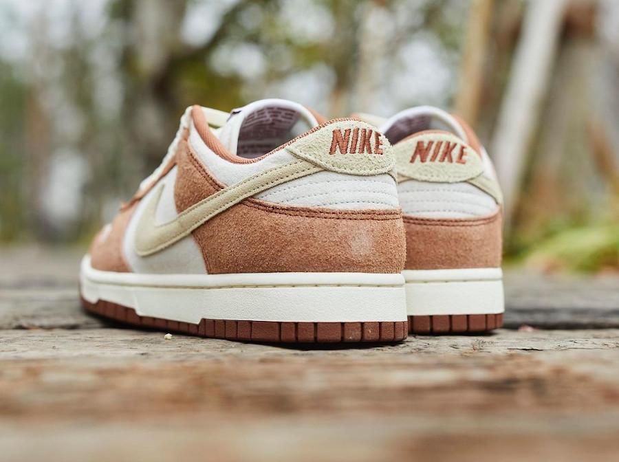 Nike Dunk Low en suède marron et blanc cassé (2)