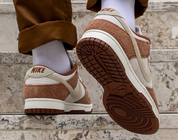 Nike Dunk Low en suède marron et blanc cassé (4)