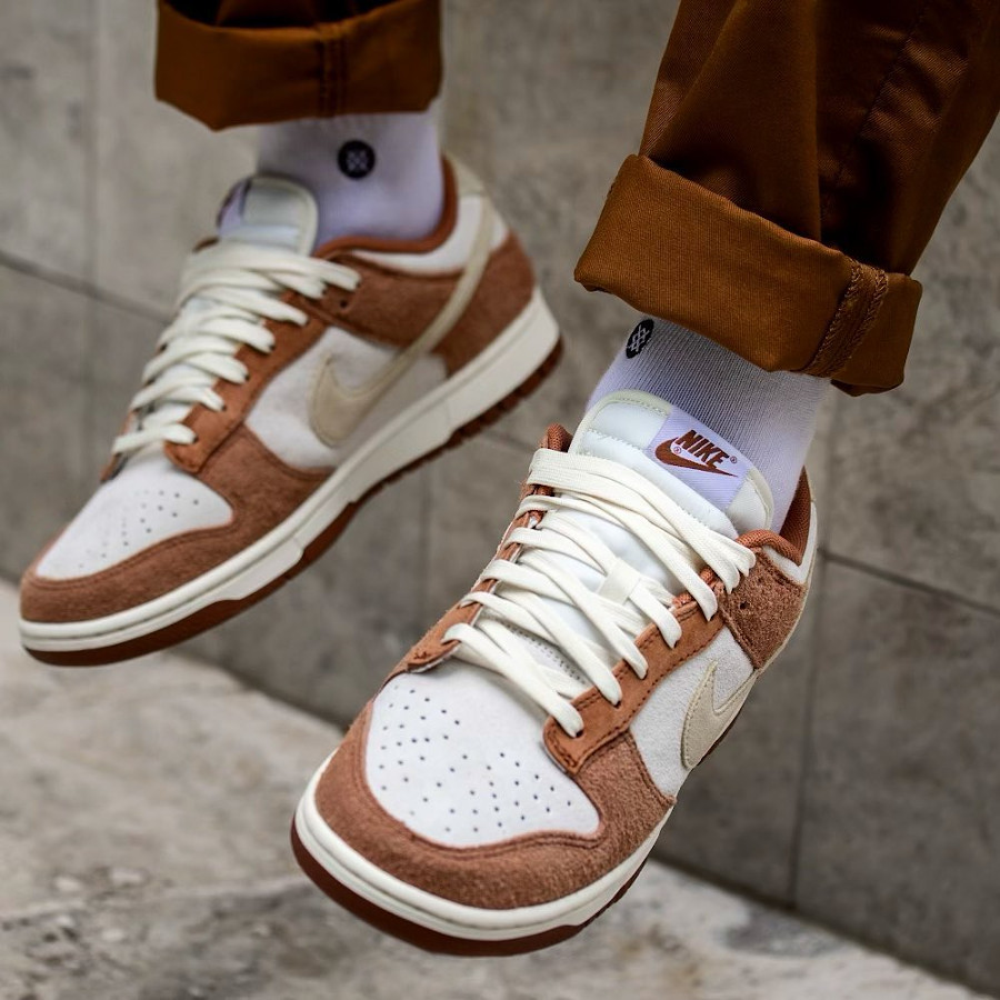 Nike Dunk Low en suède marron et blanc cassé (5)