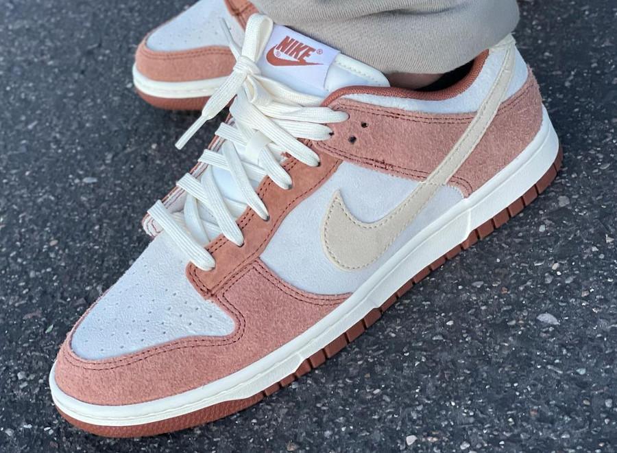 Nike Dunk Low en suède marron et blanc cassé on feet