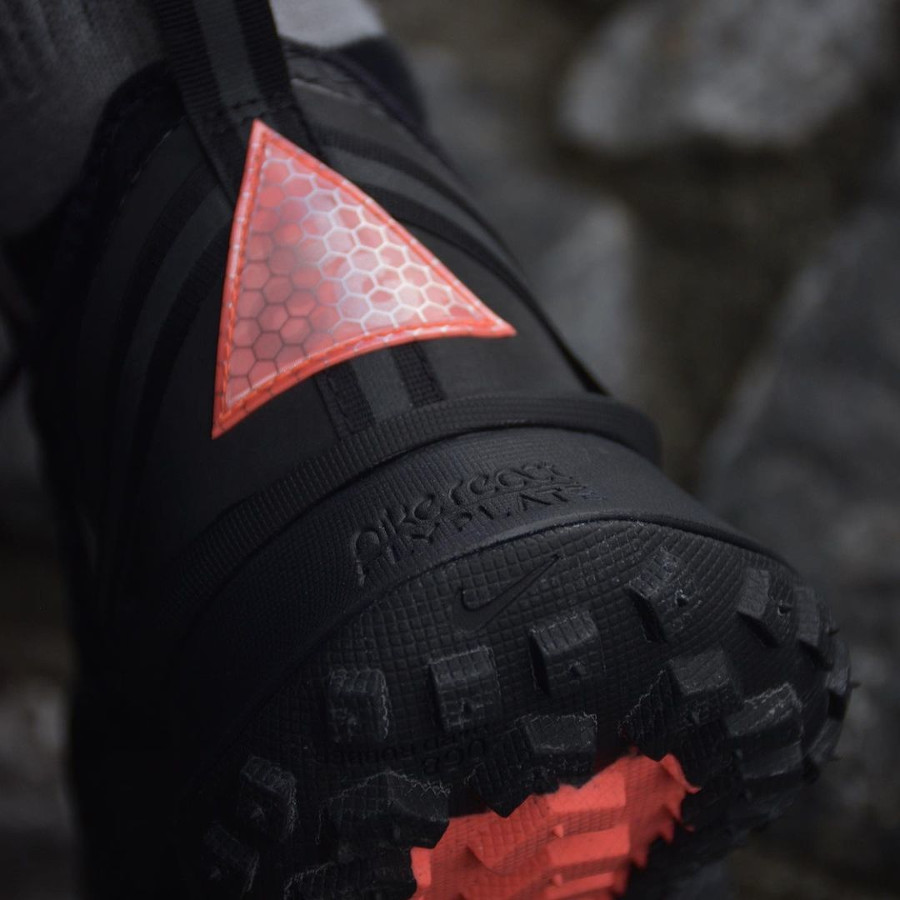 Nike Mountain Fly ACG grise et noire (2)