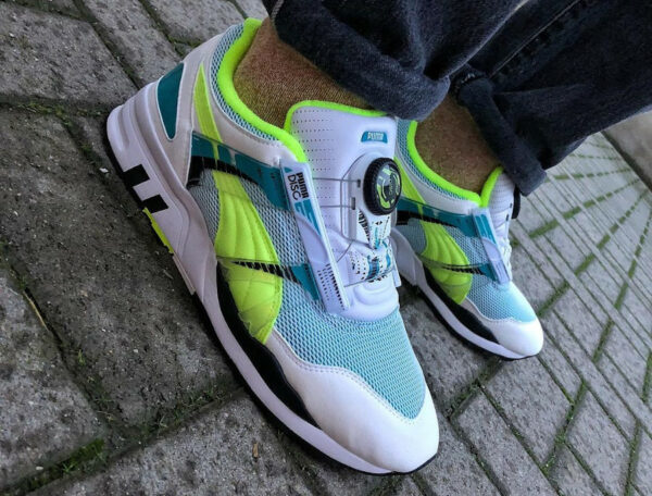 Puma Trinomic XS7000 blanche verte et jaune on feet