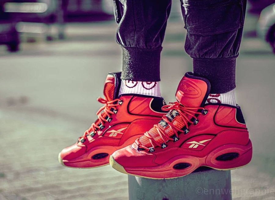 Reebok Question Mid rouge piment on feet (1)