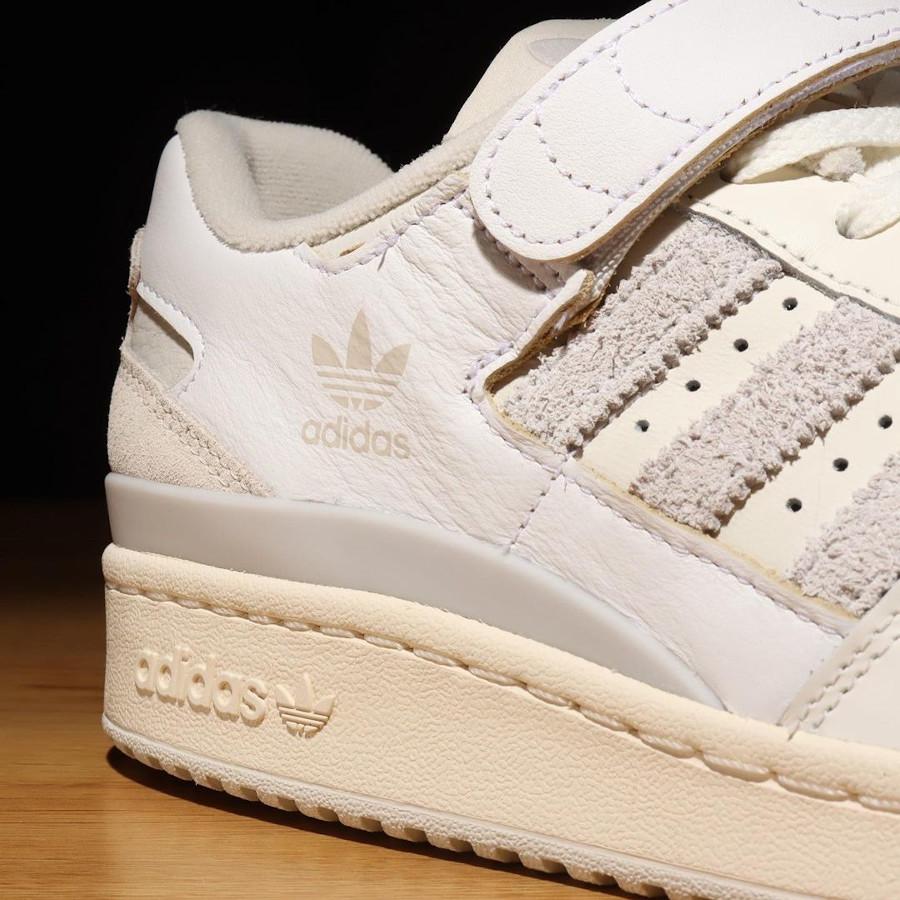 Adidas Forum 84 Low blanc cassé et grise (1)