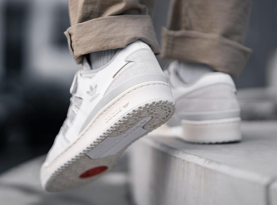 Adidas Forum 84 Low blanc cassé et grise (2)