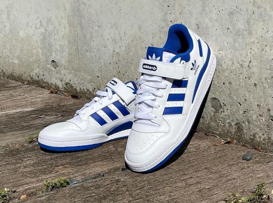 Adidas Forum basse blanche et bleue (1)