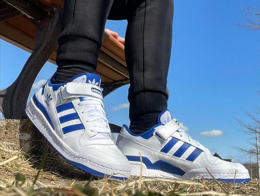 Adidas Forum basse blanche et bleue (2)