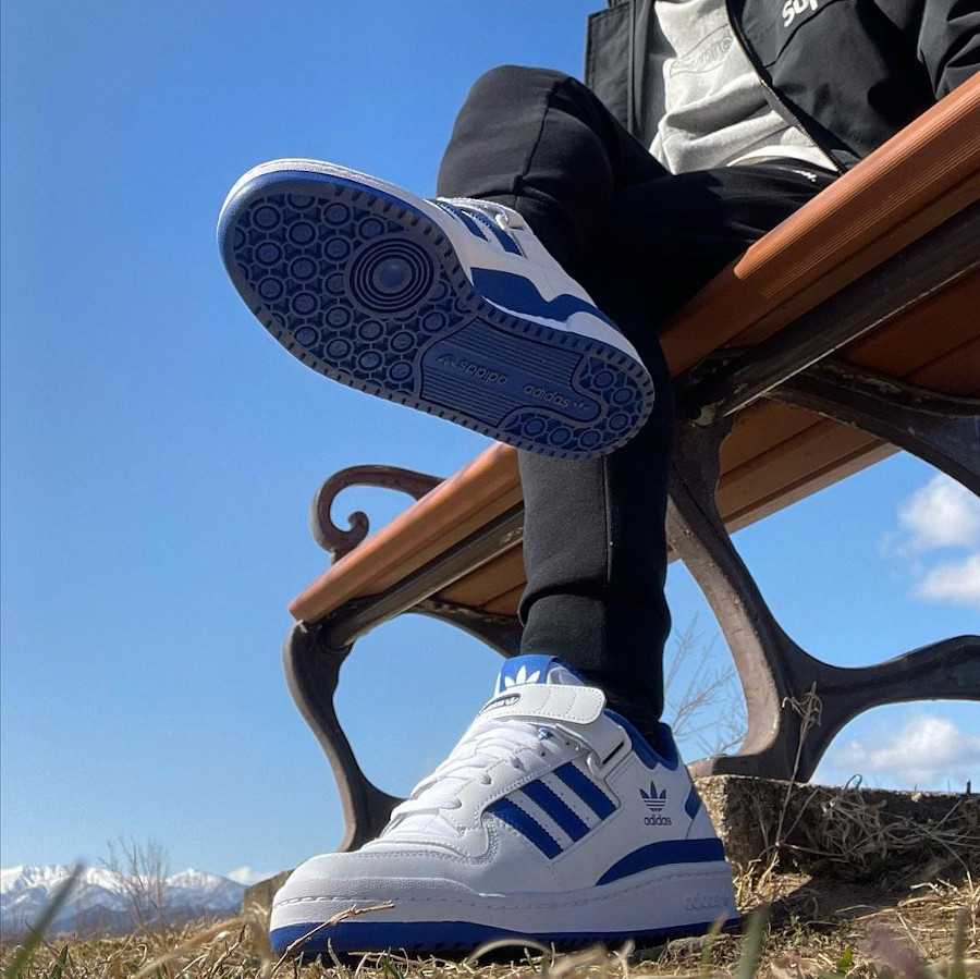 Adidas Forum basse blanche et bleue (3)