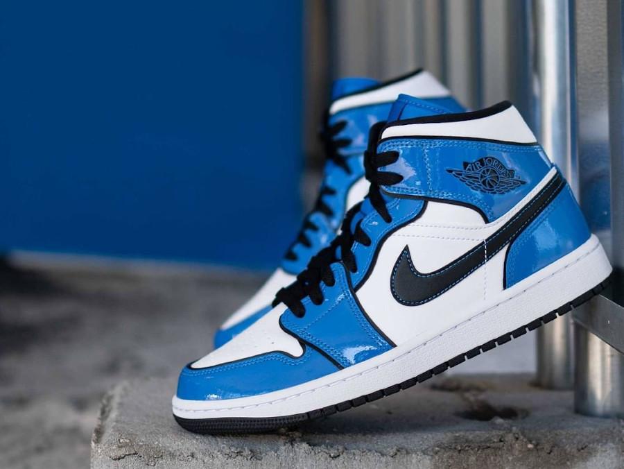 Air Jordan 1 Mid blanche et en cuir vernis bleu (3)