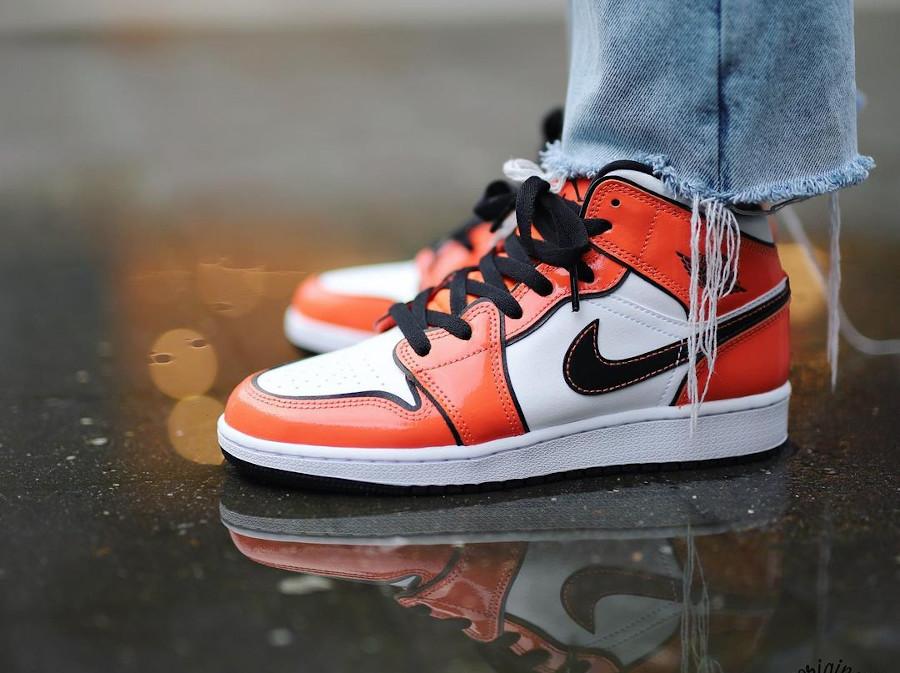 Air Jordan 1 Mid en cuir verni DBZ on feet (2)
