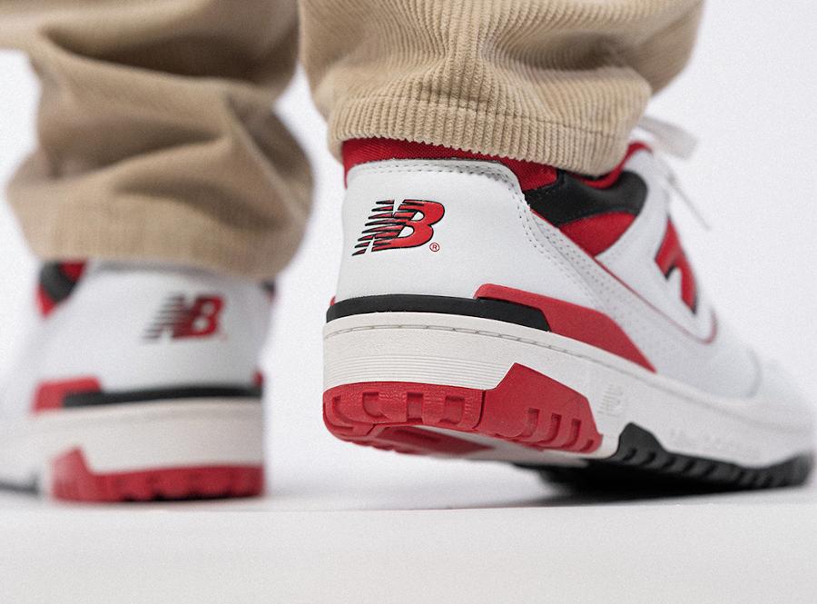 New Balance 550 blanche rouge et noire on feet (1)