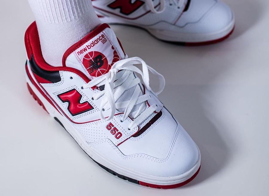New Balance 550 blanche rouge et noire on feet (3)