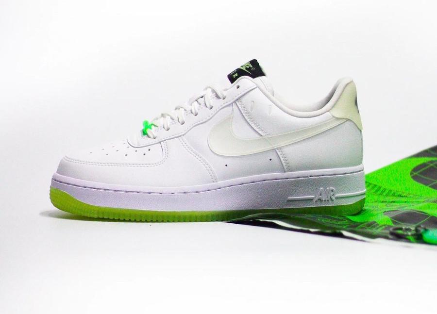 Nike Air Force One blanche vert neon qui brille dans le noir (0-1)