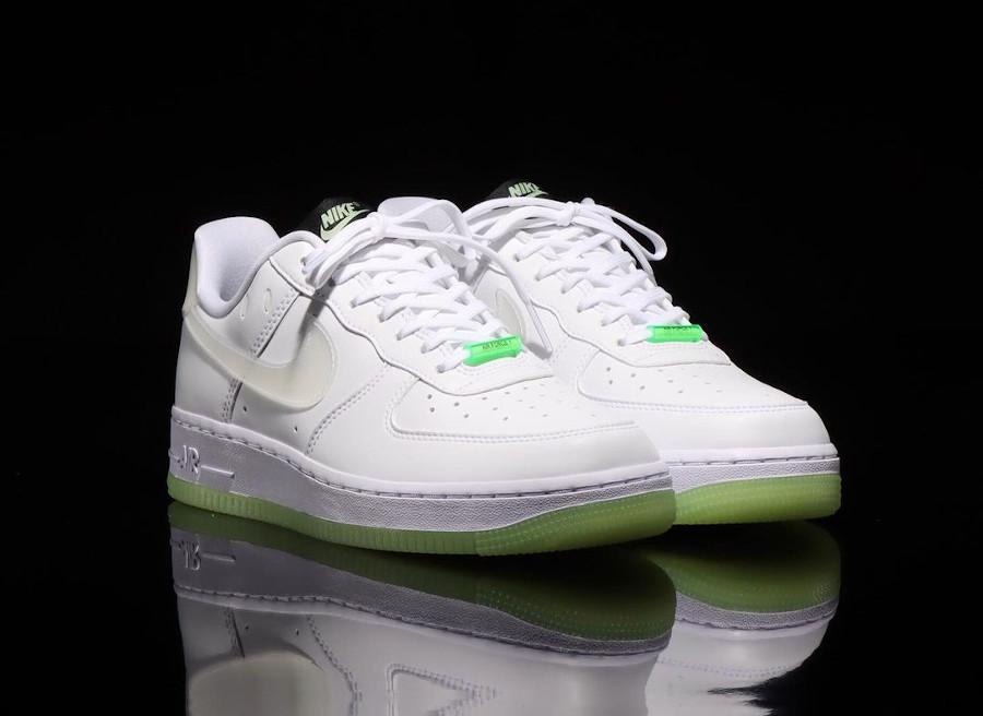 Nike Air Force One blanche vert neon qui brille dans le noir (1)