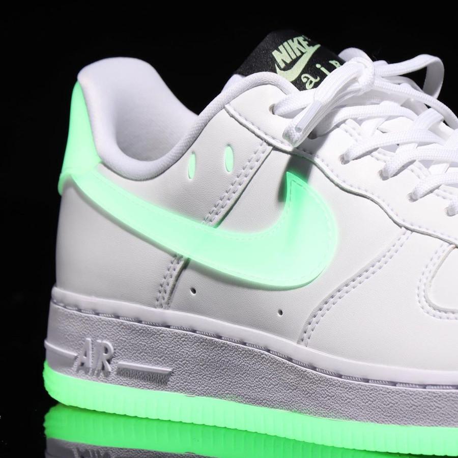 Nike Air Force One blanche vert neon qui brille dans le noir (2)