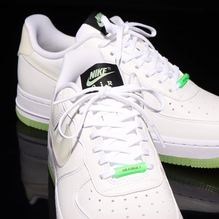 Nike Air Force One blanche vert neon qui brille dans le noir (3)