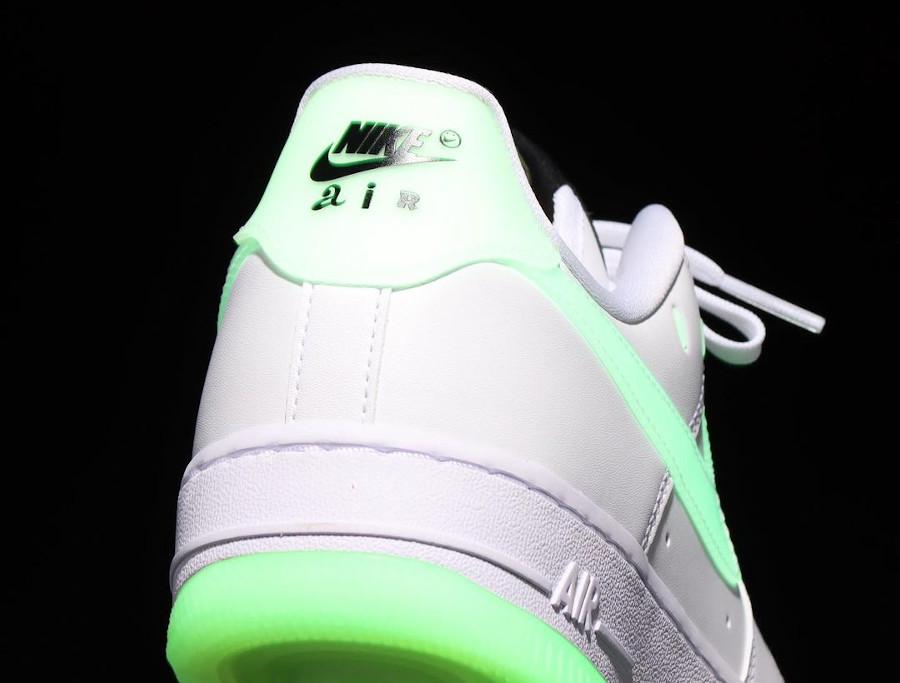 Nike Air Force One blanche vert neon qui brille dans le noir (5)