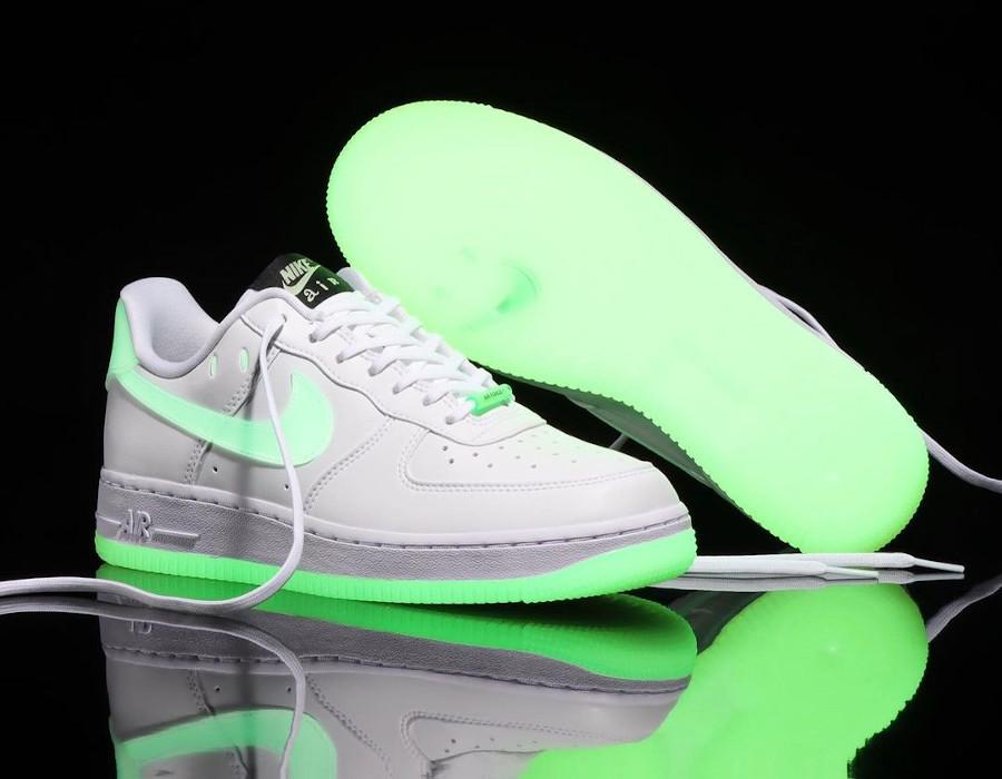 Nike Air Force One blanche vert neon qui brille dans le noir (6)