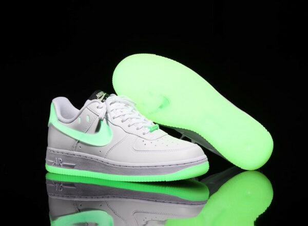 Nike Air Force One blanche vert neon qui brille dans le noir (7)