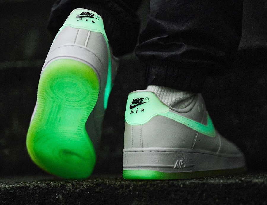 Nike Air Force One blanche vert neon qui brille dans le noir on feet