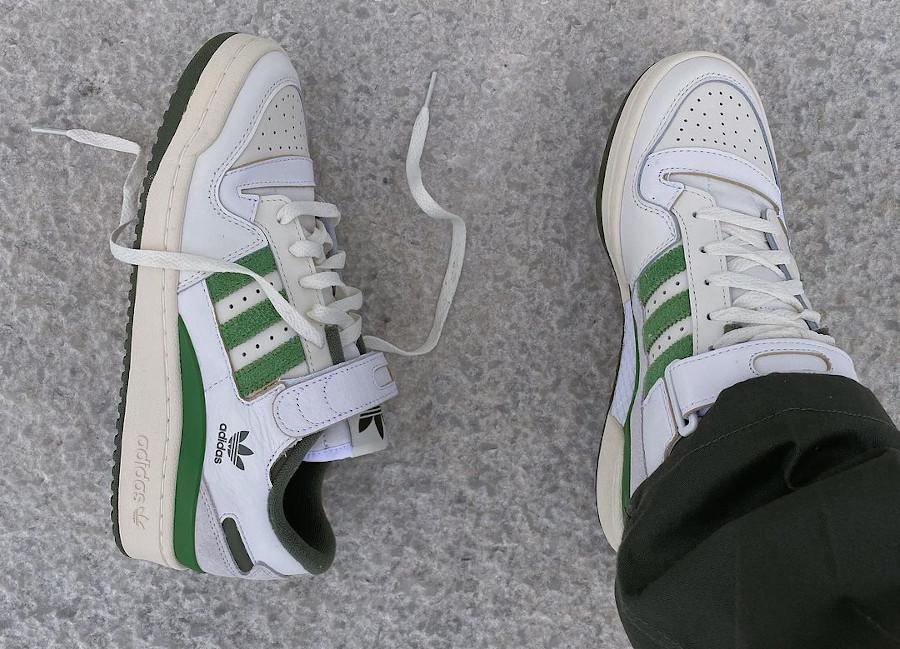 Adidas Forum Low 84 vintage blanche et verte on feet