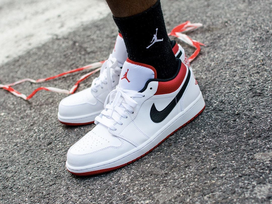 Air Jordan 1 basse 2021 blanche rouge et noire on feet (2)