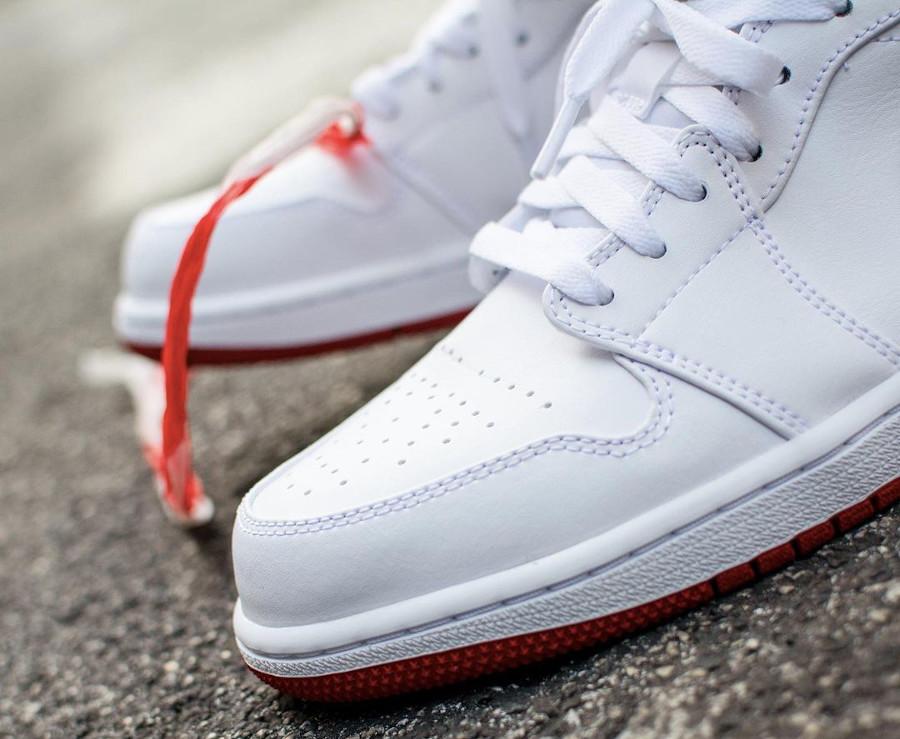 Air Jordan 1 basse 2021 blanche rouge et noire on feet (3)