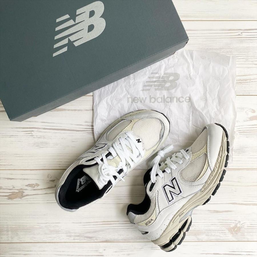 New Balance 2002R grise blanc cassé et noire (1)