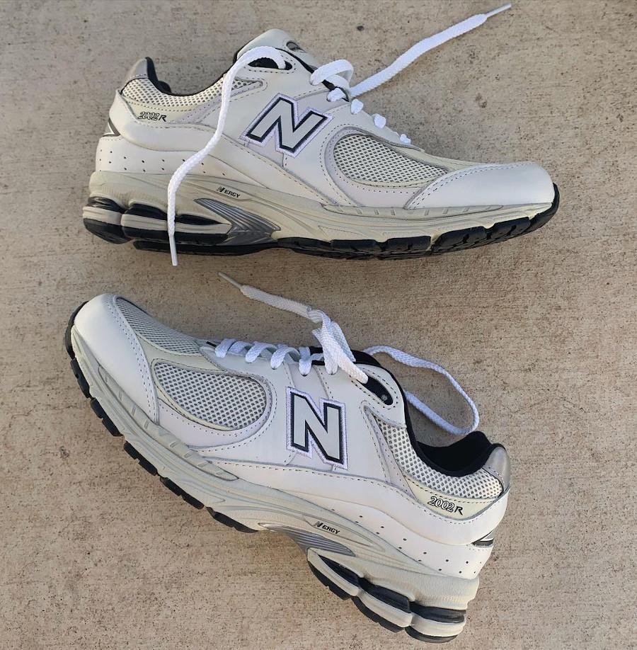 New Balance 2002R grise blanc cassé et noire (2)