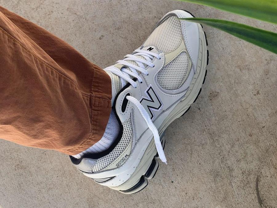 New Balance 2002R grise blanc cassé et noire (3)