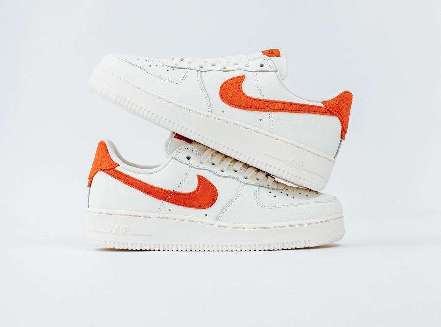 Nike AF1 Low 2021 blanc cassé et orange (7)
