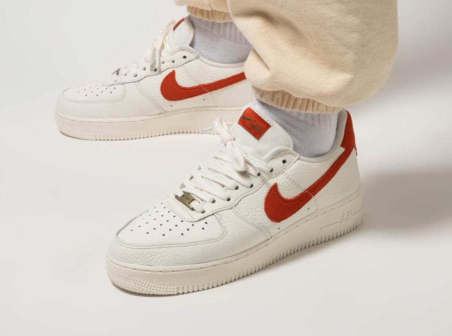 Nike AF1 Low 2021 blanc cassé et orange on feet (1)