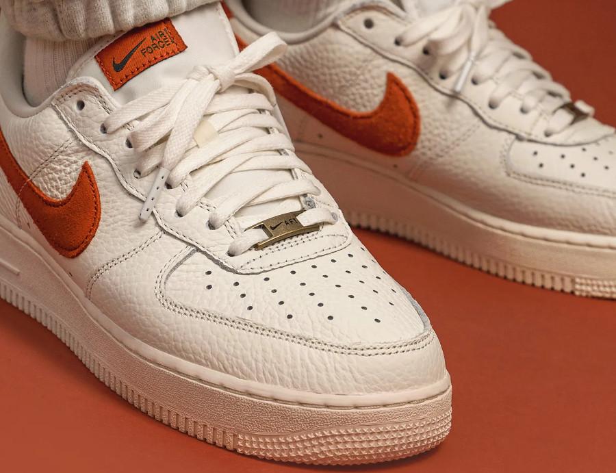 Nike AF1 Low 2021 blanc cassé et orange on feet