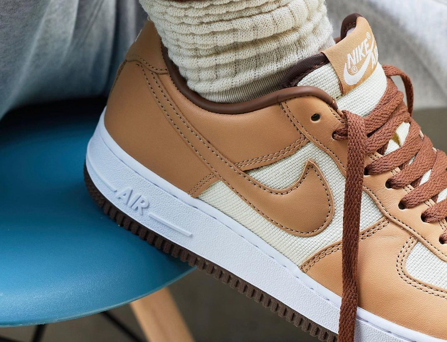 Nike Air Force One CO.JP marron et beige on feet