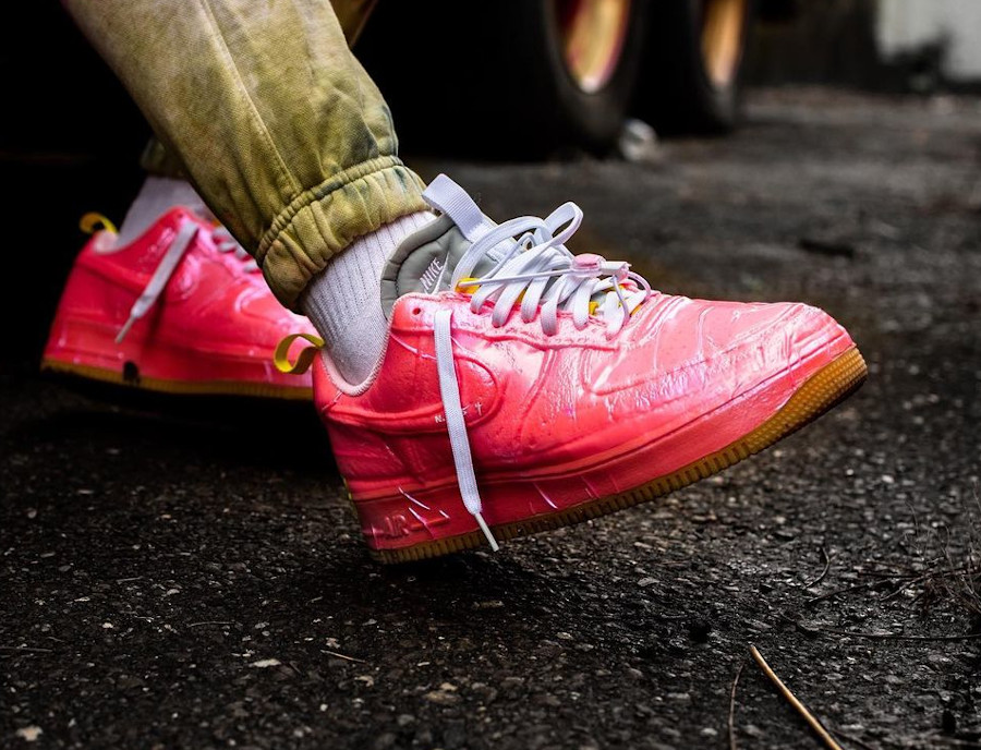 Nike Air Force One EXPT en plastique rose on feet (3)