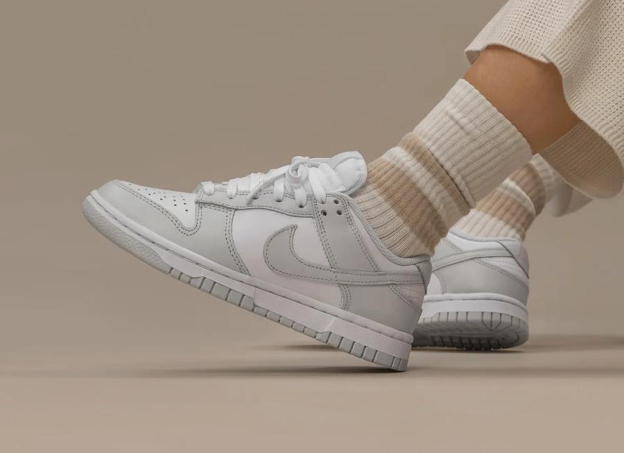 Nike Dunk Lo W gris clair on feet (1)