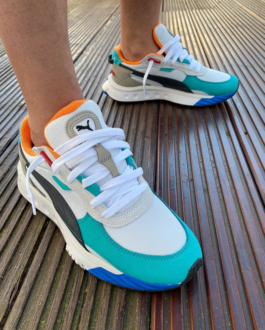Puma Wild Easy Rider Layers blanche vert turquoise et orange on feet