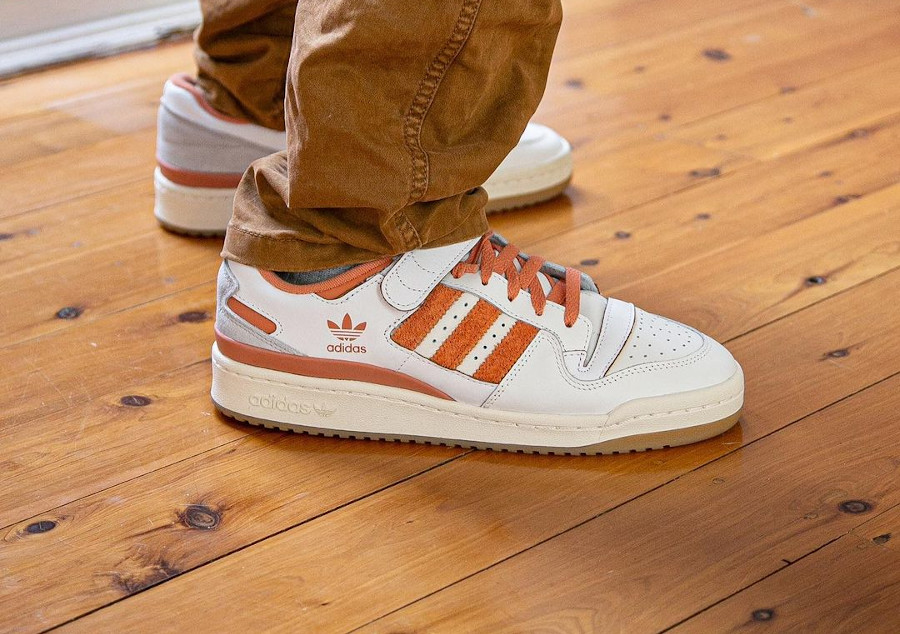 Adidas Forum Lo blanche et orange on feet (1)