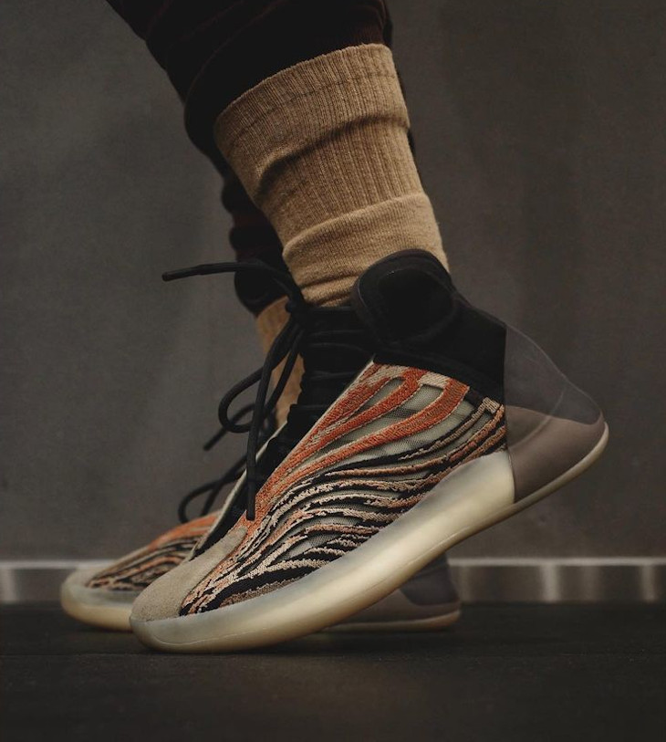 Adidas YZY QNTM imprimé tigre on feet (2)