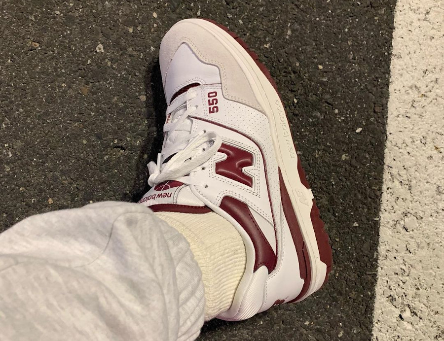 New Balance 550 blanche et bordeaux on feet (1)