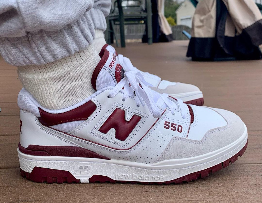 New Balance 550 blanche et bordeaux on feet (2)