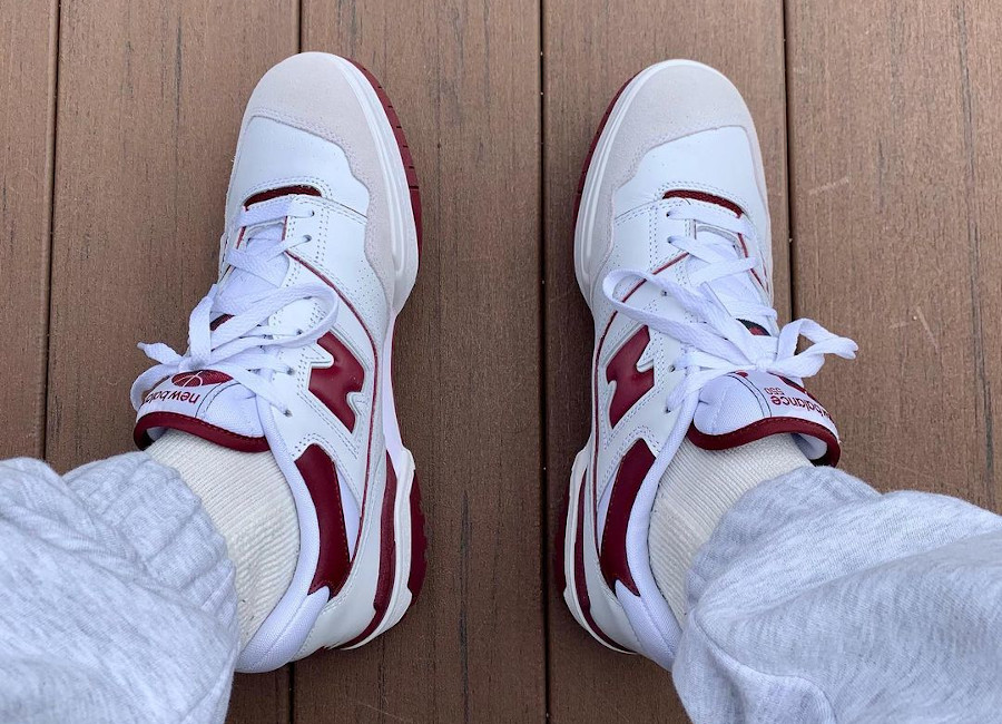 New Balance 550 blanche et bordeaux on feet (3)